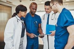 Équipe médicale ayant une réunion photographie stock