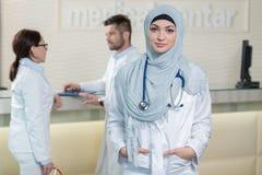Équipe médicale dans différentes courses se tenant d'intérieur Photos stock