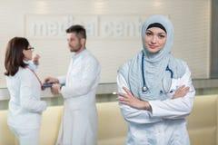 Équipe médicale dans différentes courses se tenant d'intérieur Images libres de droits