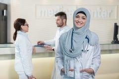 Équipe médicale dans différentes courses se tenant d'intérieur Images stock