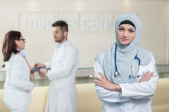Équipe médicale dans différentes courses se tenant d'intérieur Photographie stock libre de droits