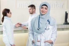 Équipe médicale dans différentes courses se tenant d'intérieur Photo stock