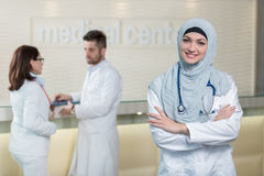 Équipe médicale dans différentes courses se tenant d'intérieur Image libre de droits