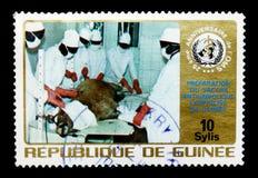 Équipe médicale dans la vaccination, l'Organisation Mondiale de la Santé, 25ème serie d'anniversaire, vers 1973 Photographie stock