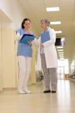 Équipe médicale dans le couloir d'hôpital image libre de droits