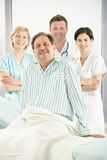 Équipe médicale de sourire avec le patient Photos stock