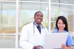 Équipe médicale diverse à l'hôpital Photo libre de droits