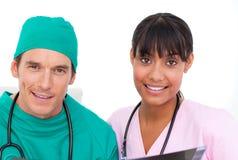 Équipe médicale enthousiaste regardant le rayon X contre Images stock