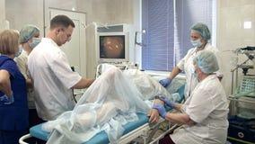 Équipe médicale exécutant la gastro-endoscopie au patient dans l'hôpital