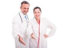 Équipe médicale heureuse et réussie faisant le geste de poignée de main photo stock