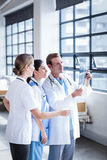 Équipe médicale regardant le rayon X ensemble image libre de droits