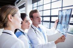 Équipe médicale regardant le rayon X ensemble photos libres de droits