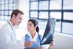 Équipe médicale regardant le rayon X ensemble image stock