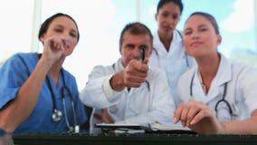 Équipe médicale regardant un écran d'ordinateur banque de vidéos