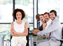 Équipe multi-ethnique d'affaires à un centre d'attention téléphonique images stock