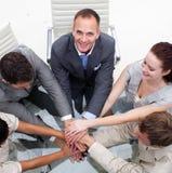 Équipe multi-ethnique d'affaires avec des mains ensemble Photos libres de droits