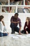 Équipe multi-ethnique d'affaires collaborant sur le projet ensemble Image libre de droits