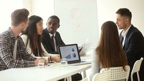 Équipe multi-ethnique d'affaires partageant des idées se reposant à la table de bureau de conférence banque de vidéos