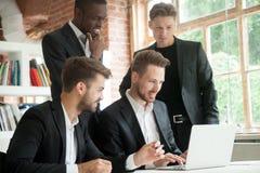 Équipe multi-ethnique d'employés d'entreprise regardant l'écran d'ordinateur portable images libres de droits