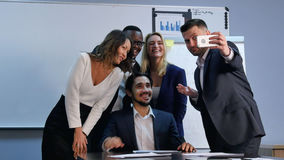 Équipe multiraciale prenant le selfie lors de la réunion d'affaires Image libre de droits