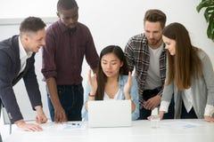 Équipe multiraciale sérieuse discutant résolvant le pouvoir adiathermique de problème commercial Photographie stock