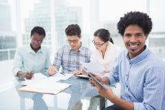 Équipe occasionnelle d'affaires ayant une réunion photos libres de droits
