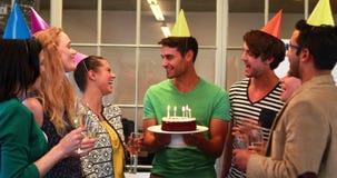 Équipe occasionnelle d'affaires célébrant l'anniversaire clips vidéos