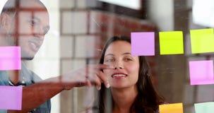 Équipe occasionnelle d'affaires faisant un brainstorm ensemble banque de vidéos