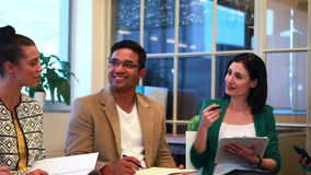 Équipe occasionnelle d'affaires parlant ensemble au cours de la réunion clips vidéos