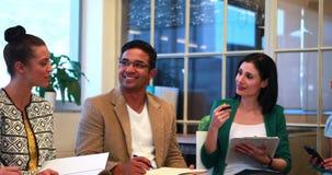 Équipe occasionnelle d'affaires parlant ensemble au cours de la réunion banque de vidéos