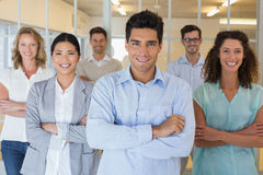 Équipe occasionnelle d'affaires souriant à l'appareil-photo avec des bras croisés Photos libres de droits