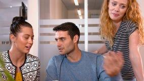 Équipe occasionnelle d'affaires travaillant ensemble clips vidéos