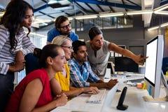 Équipe occasionnelle d'affaires travaillant sur un ordinateur photo libre de droits