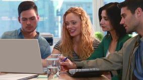 Équipe occasionnelle d'affaires utilisant l'ordinateur portable au cours de la réunion clips vidéos