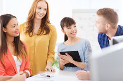 Équipe ou étudiants créatifs heureux travaillant au bureau Images stock