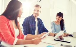 Équipe ou étudiants créatifs heureux travaillant au bureau Image stock