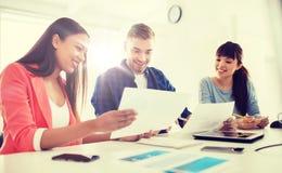 Équipe ou étudiants créatifs heureux travaillant au bureau Photos stock