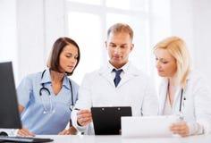 Équipe ou groupe de médecins sur la réunion Images stock