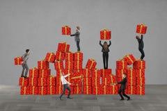 Équipe pour des cadeaux de Noël Photographie stock libre de droits