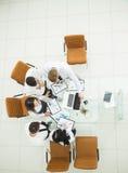 équipe professionnelle d'affaires développant une nouvelle stratégie financière de la société à un emplacement de travail dans un Photos libres de droits