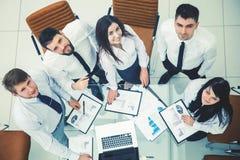 équipe professionnelle d'affaires développant une nouvelle stratégie financière de la société à un emplacement de travail dans un Photographie stock