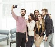 Équipe professionnelle d'affaires faisant le selfie tout en tenant la fenêtre proche dans le bureau Photo libre de droits