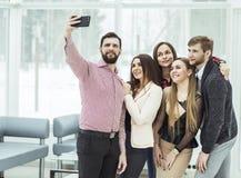 Équipe professionnelle d'affaires faisant le selfie tout en tenant la fenêtre proche dans le bureau Photo stock