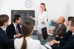 Équipe professionnelle d'affaires lors de la réunion Photo stock