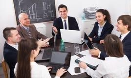Équipe professionnelle d'affaires lors de la réunion Photos stock