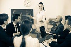Équipe professionnelle d'affaires lors de la réunion Images stock