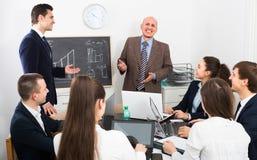 Équipe professionnelle d'affaires lors de la réunion Photographie stock