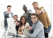 Équipe professionnelle d'affaires se dirigeant à vous Photographie stock libre de droits