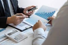 Équipe professionnelle de collègue d'affaires travaillant et analysant avec le nouveau projet des finances de comptabilité, de la image libre de droits