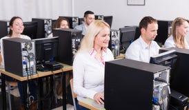 Équipe réussie au PC dans le bureau Image libre de droits